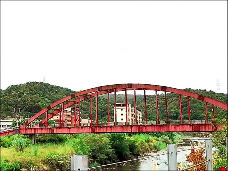 新北市雙溪區共和大橋是雙溪地標,因東北角多雨,橋身鏽蝕非常嚴重。(新北市議員林裔綺提供)