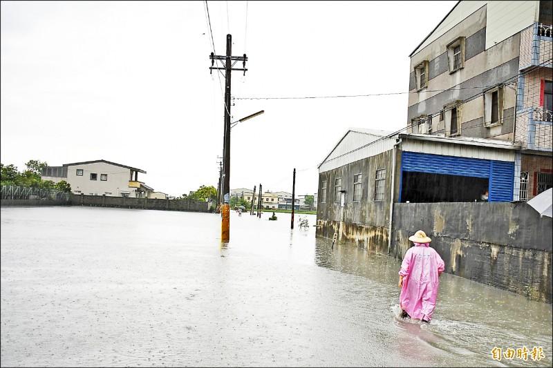 莿桐麻園村埤寮部落聯外道路淹水及膝,被迫封路。(記者林國賢攝)