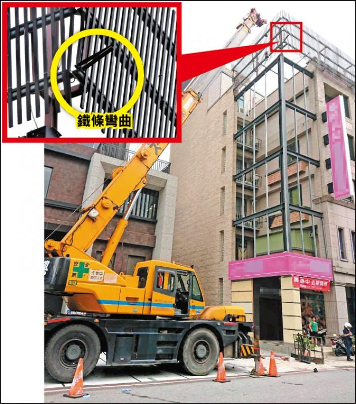 吊籠疑似勾到屋頂的裝飾欄杆,鐵條明顯彎曲。 (記者張議晨、林敬倫攝及翻攝)