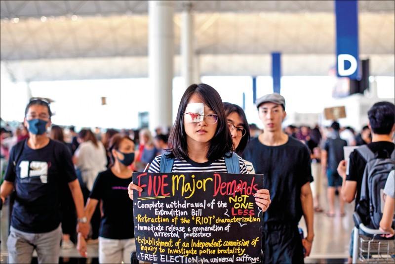 香港赤鱲角國際機場13日湧現逾萬名反送中示威者,響應抗議港警執法過當的「警察還眼」行動,及敦促港府回應五大訴求的「萬人接機」靜坐活動。(路透)