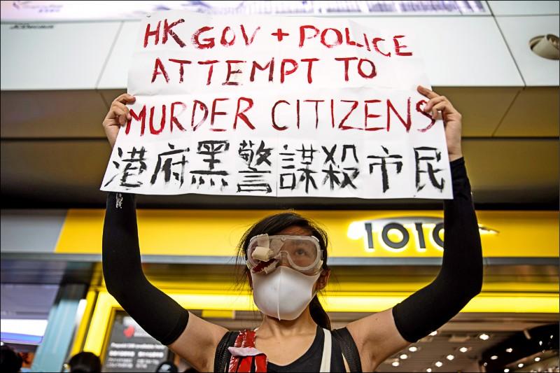 反送中示威者抗議港警執法過當。(彭博)