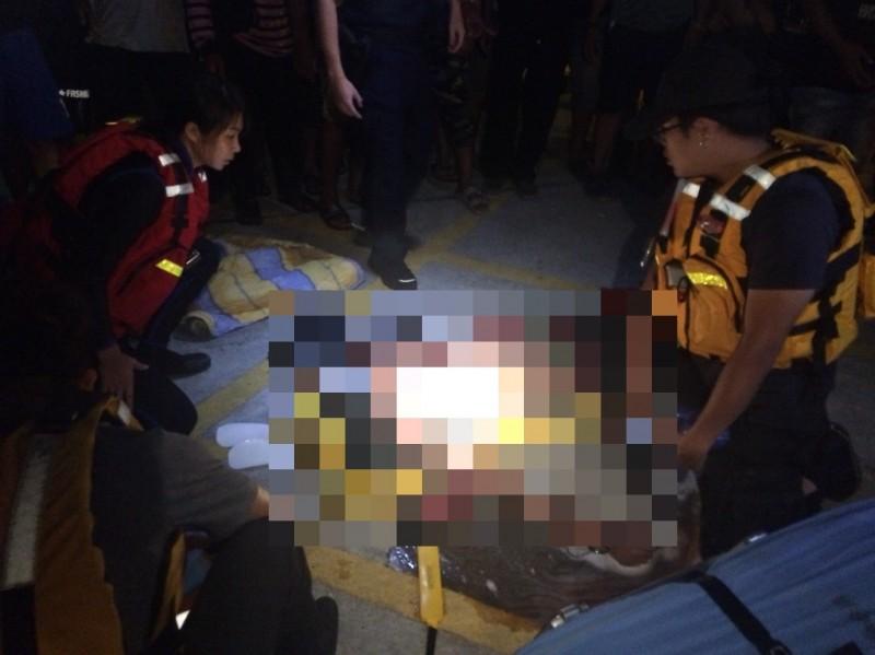 漁工被救起時已無呼吸心跳,目前仍在醫院急救中。(記者張議晨翻攝)