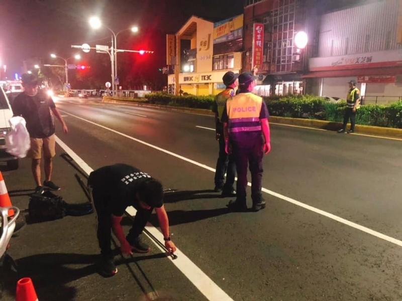 警方協助疏散交通搶救小虎斑貓。(取自臉書)