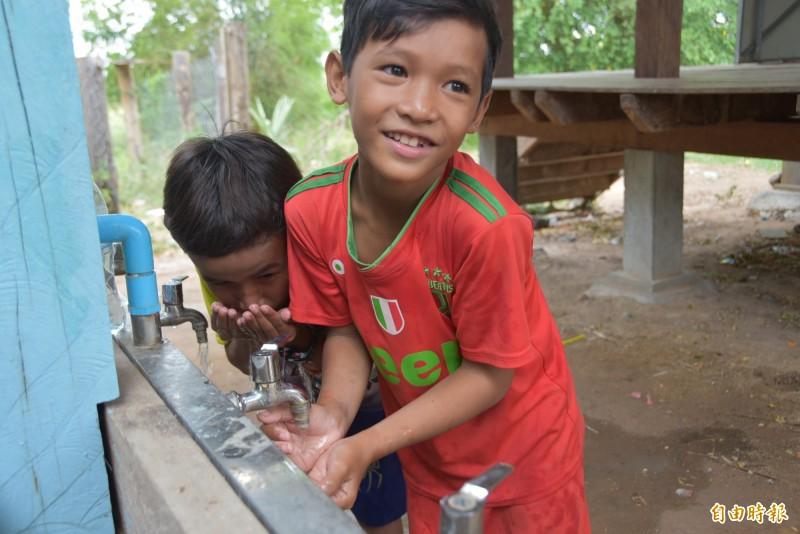 柬埔寨馬德望省的Dontri小學過去沒有乾淨水源,經台北醫學大學、實踐大學等團隊與在地合作,打造出乾淨的水,可直接生飲,改善當地用水問題。(記者吳柏軒攝)
