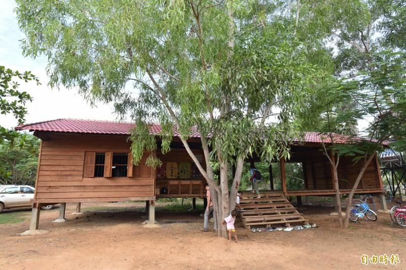 實踐大學建築系師生到柬埔寨馬德望省的Poupir義築,幫忙打造健康中心與圖書館。(記者吳柏軒攝)