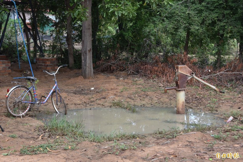 柬埔寨馬德望省的Poupirv小學有用水問題,過去曾在校內挖地下井,但一下子就被泥沙滲透,無法使用。(記者吳柏軒攝)