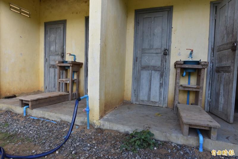 台北醫學大學與實踐大學合作,在柬埔寨Poupir小學建置過濾水塔系統,更接管到廁所,解決其衛生問題。(記者吳柏軒攝)