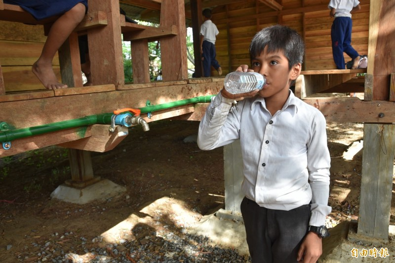Poupir小學的學生有了乾淨的生飲水,在校內就可喝水,不用在從家中帶,或是上課上到一半跑出去喝水。(記者吳柏軒攝)