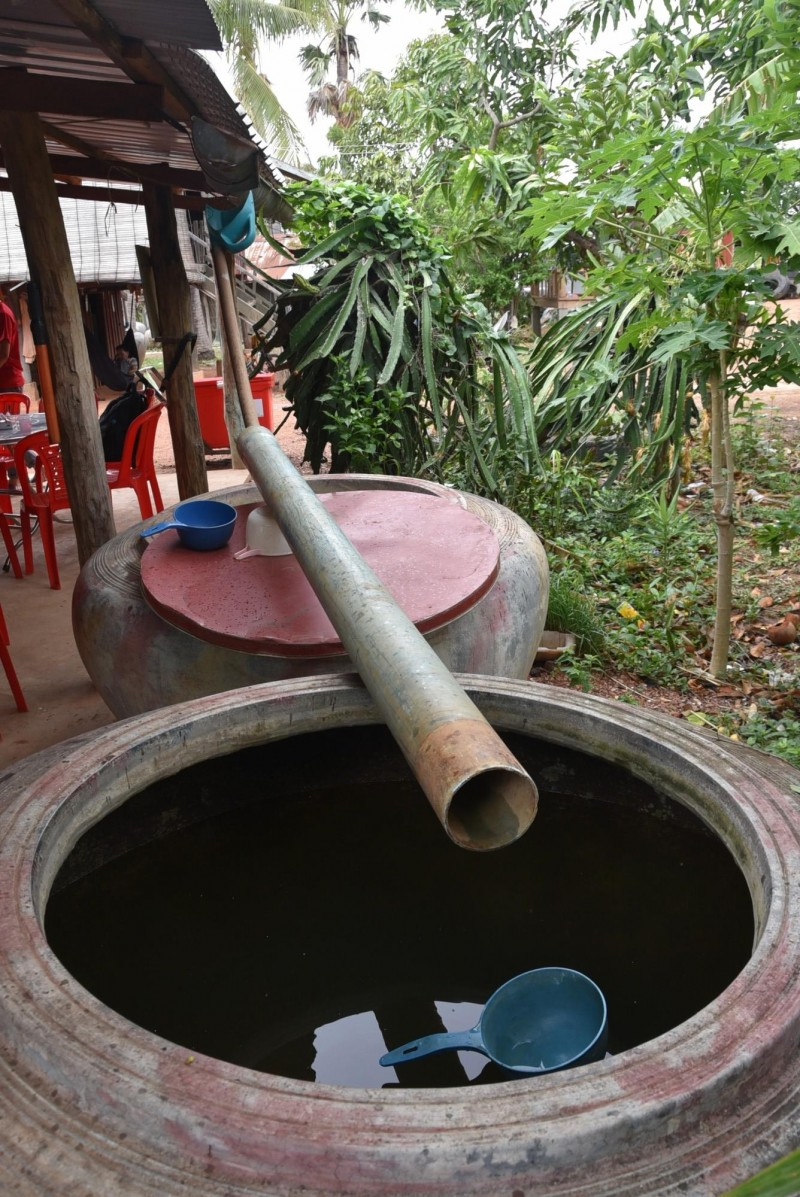 柬埔寨偏鄉的家戶沒有自來水,需自行準備大缸,並用管子承接雨水備用。(記者吳柏軒攝)