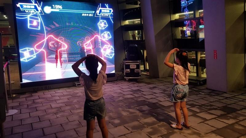 屏東青春藝術節有「跳舞機」及「人牆穿越」遊戲,讓大小朋友體驗一番。(屏東縣文化處提供)