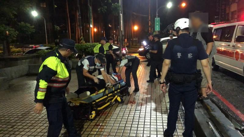男子遭仇家持磚塊毆傷濺血,警消協助送醫。(記者黃旭磊翻攝)