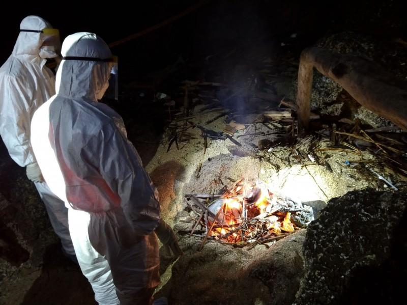 小琉球龍蝦洞旁發現一隻豬屍,就地焚化掩埋。(屏東縣動物防疫所提供)