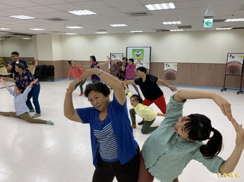 極至體能舞蹈團專業舞者與中國醫藥大學附設北港醫院長照關懷據點長輩一起共舞。(記者黃淑莉攝)