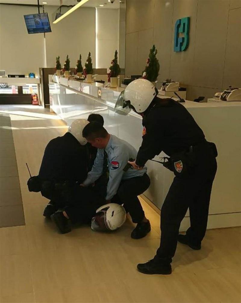 台中市警一分局今年初才在富邦國美分行舉行防搶演練、6月就真的派上用場。此為演練時照片。(資料照)