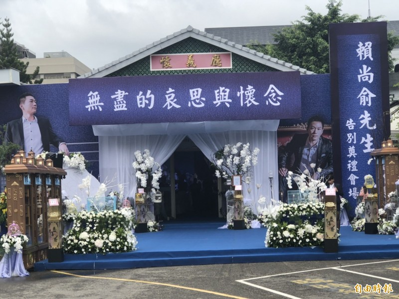 賴男今天在台中殯儀館舉辦告別式。(記者許國楨攝)