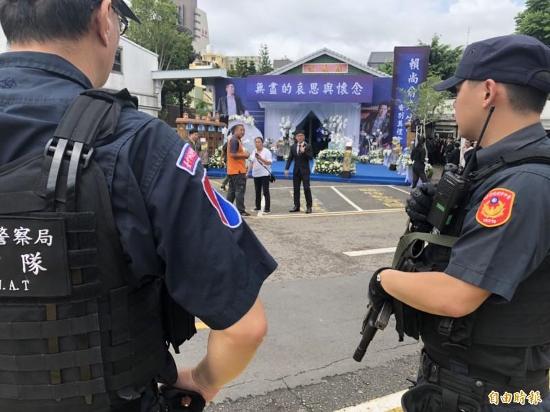 警方在告別式會場及週邊部署重兵防滋事。(記者許國楨攝)