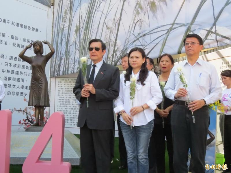 前總統馬英九、國民黨立委參選人林燕祝、市黨部主委謝龍介(由左至右)等人參加慰安婦紀念日追思會。(記者蔡文居攝)