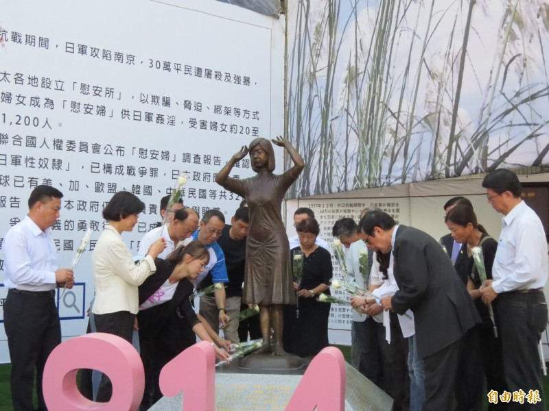 台南市慰安婦人權平等促進協會在國民黨台南市黨部旁的慰安婦銅像舉行慰安婦紀念日追思會。(記者蔡文居攝)