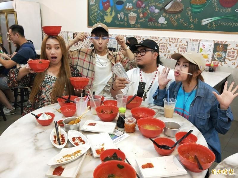 左起貝可儀、星培、古拉、唐亞亞到知名餐廳「王奶奶的店」大快朵頤。(記者蕭玗欣攝)