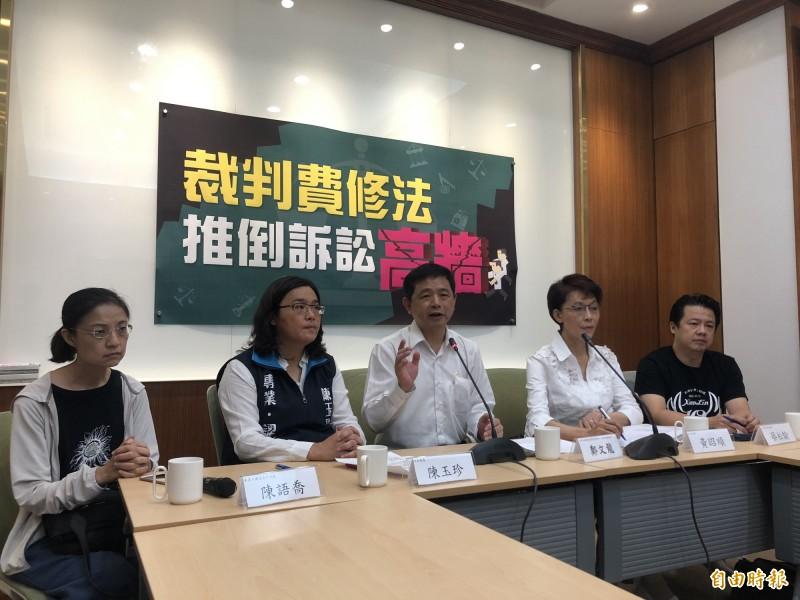 台灣陪審團協會、小林村自救會今天在立院召開記者會,盼修法改革裁判費制度。(記者陳昀攝)