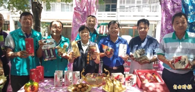 頭份市長羅雪珠(左三)、三灣鄉長温志強(右三)邀請遊客一同來品嘗頭份、三灣的道地農產。(記者鄭名翔攝)