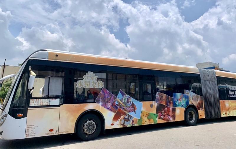 全國首輛迪士尼彩繪雙節公車在台中市上路。(台中市政府交通局提供)