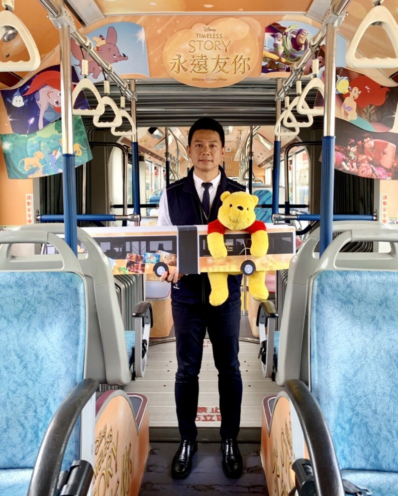 台中市政府交通局長葉昭甫邀請民眾搭乘迪士尼彩繪雙節公車。(台中市政府交通局提供)