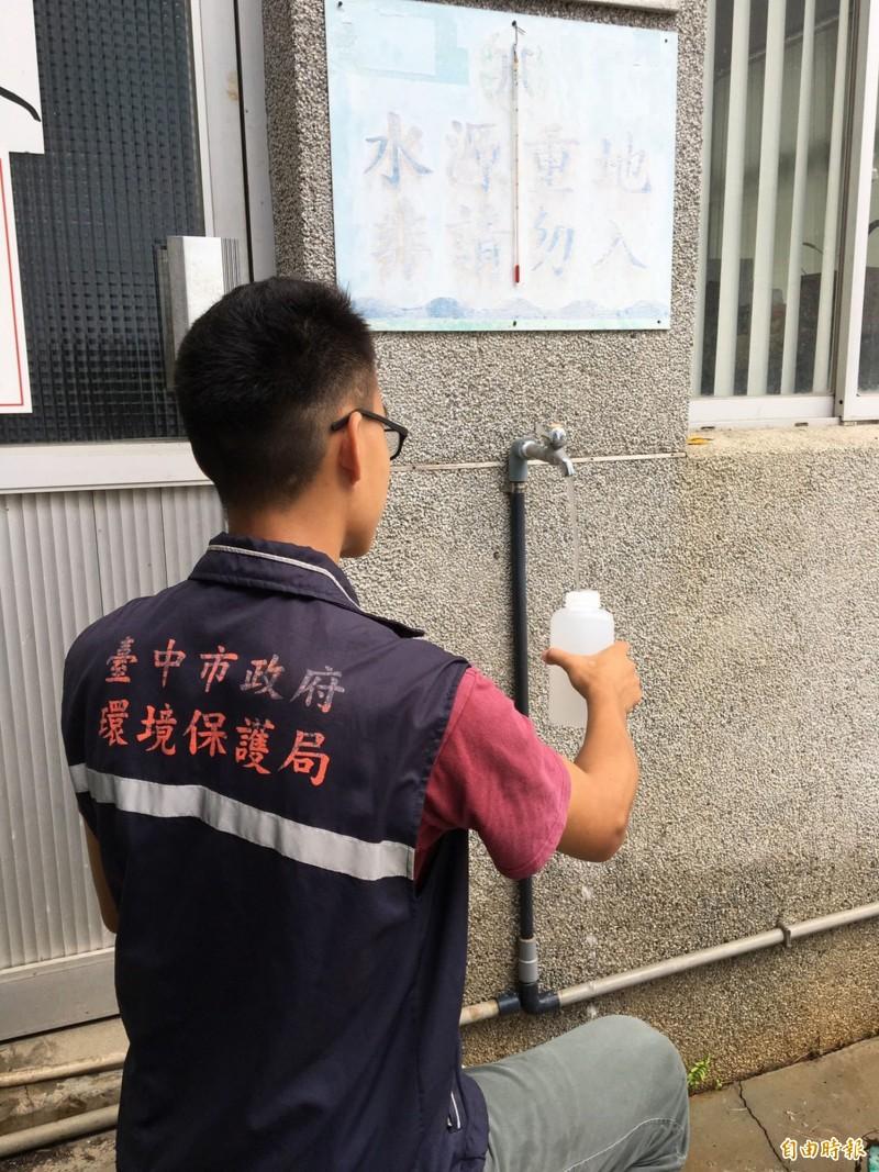 自來水原水濁度升高,環保局已派員至各淨水廠抽驗飲用水,瞭解水質情形。(記者黃鐘山攝)
