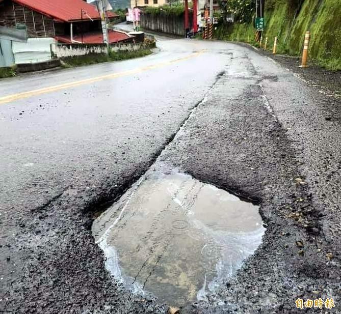 南投縣鹿谷鄉151線(興產路),最近因雨路面出現大小不一的坑洞情形。(記者謝介裕攝)
