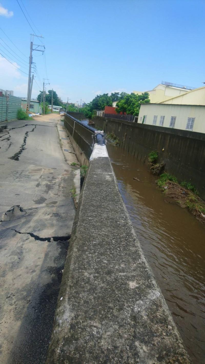 台南仁德排水護岸在豪大雨後下陷。(水利局提供)