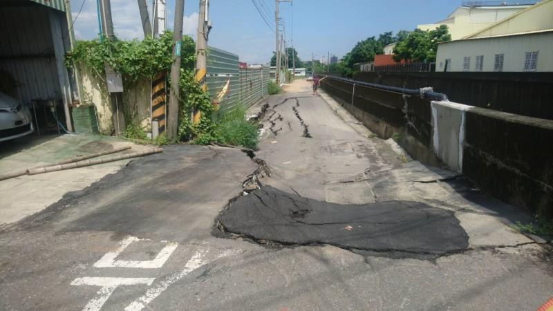 台南仁德排水護岸在豪大雨後下陷,台南市水利局預計10天內完成初步搶險。(水利局提供)