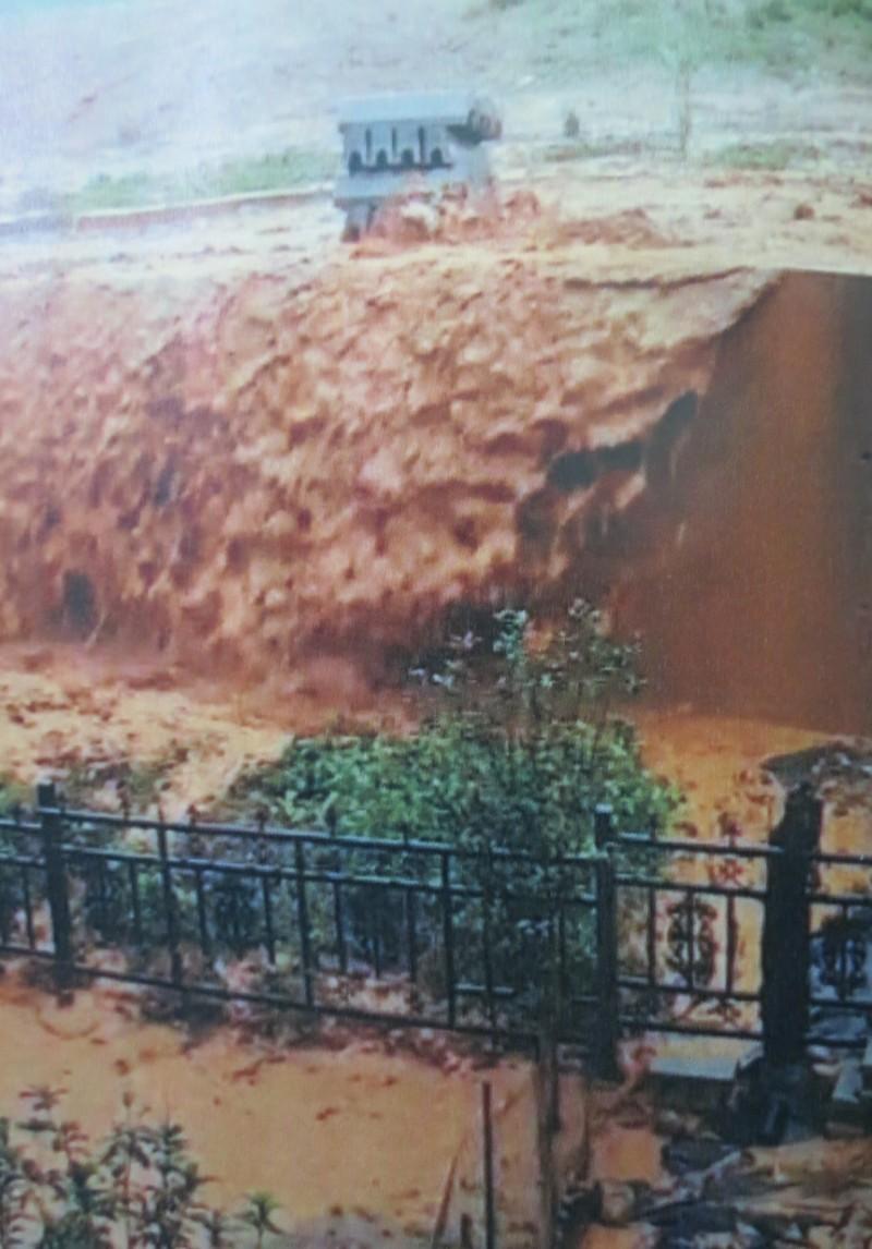 南投縣埔里鎮一處大型別墅社區開發案,疑因未做好水土保持及良好排水系統,今年5月間大雨來襲,泥水灌入鄰近社區後院。(記者張協昇翻攝)