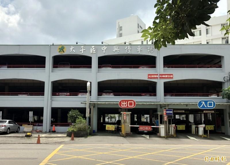 太平體育場周邊僅有這處立體停車場,地方擔憂停車空間不足。(記者張菁雅攝)