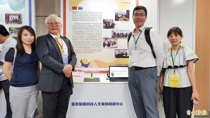 屏東醫療財團法人屏東基督教醫院則是跟泰國衛生部合作,成立台泰醫療海外科研中心,計畫主持人蔡篤堅(左二)表示,透過計畫把台灣的智慧醫療相關技術帶到泰國。(記者簡惠茹攝)