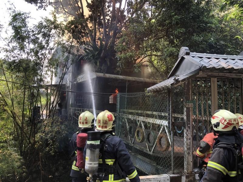 消防隊員射水救火。(記者吳昇儒翻攝)