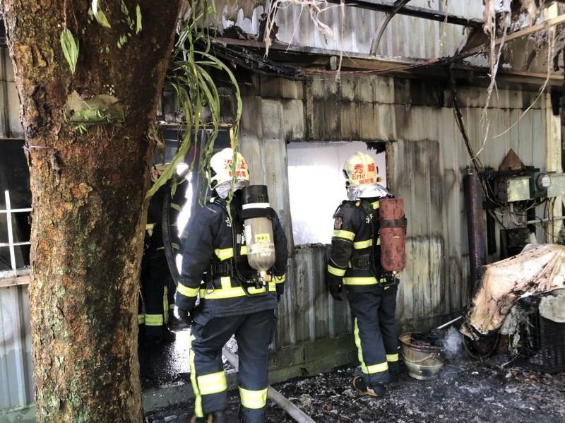 火勢撲滅後,消防隊員進入屋內進行殘火處理。(記者吳昇儒翻攝)