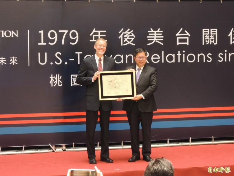 桃園市長鄭文燦(右)致贈紀念品給美國在台協會處長酈英傑(左)。(記者周敏鴻攝)