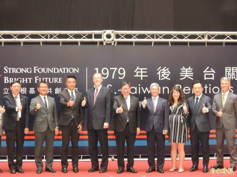 桃園市長鄭文燦(中)與美國在台協會處長酈英傑(左四)出席歡迎茶會。(記者周敏鴻攝)