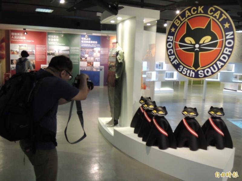 「立穩根基,共創未來:AIT@40—1979年後美台關係展」吸引民眾參觀。(記者周敏鴻攝)
