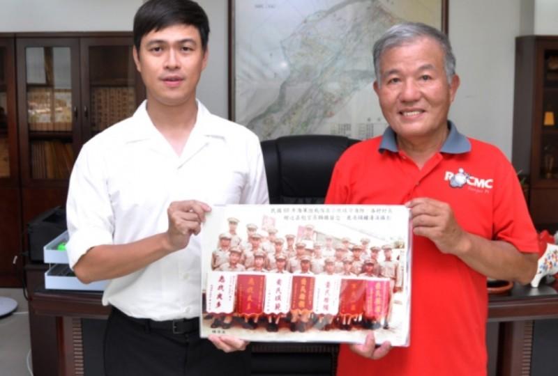 鐘清溪(圖右)提供小琉球老照片給小琉球鄉長陳國在(圖左)。(鐘清溪提供)
