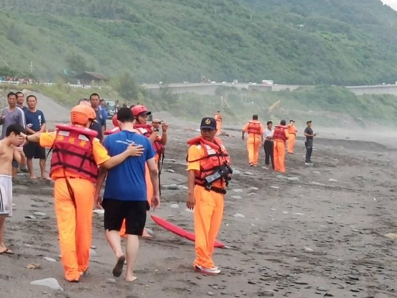 海巡人員安撫帶隊外籍人士,了解意外發生始末。(記者陳賢義翻攝)