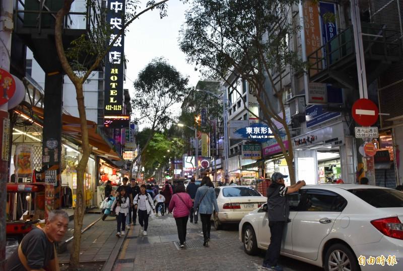 中平商圈一直是許多年輕學子和外國人士常去的商圈,給人印象如台北的西門町。(記者李容萍攝)
