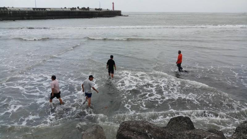 枋寮漁港出海口的淤沙堆積,民眾走在上面就像是「輕功水上漂」。(記者陳彥廷翻攝)(記者陳彥廷攝)