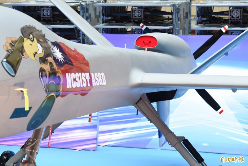 國防部14日舉行「2019年臺北國際航太暨國防工業展」展前記者會,聯合作戰展區展出42項武器裝備,圖前為大型無人機「騰雲」,尾部新換引擎部件。(記者廖振輝攝)
