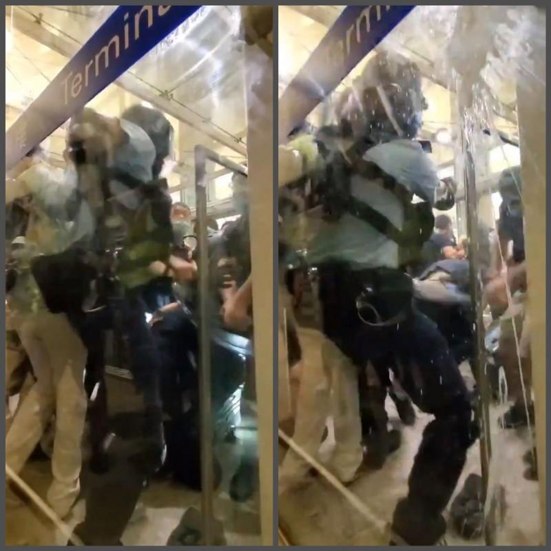眼見警棍遭搶,該員警拔出手槍戒備,並且將手槍指向群眾。(擷取自Twitter@Birdyword)