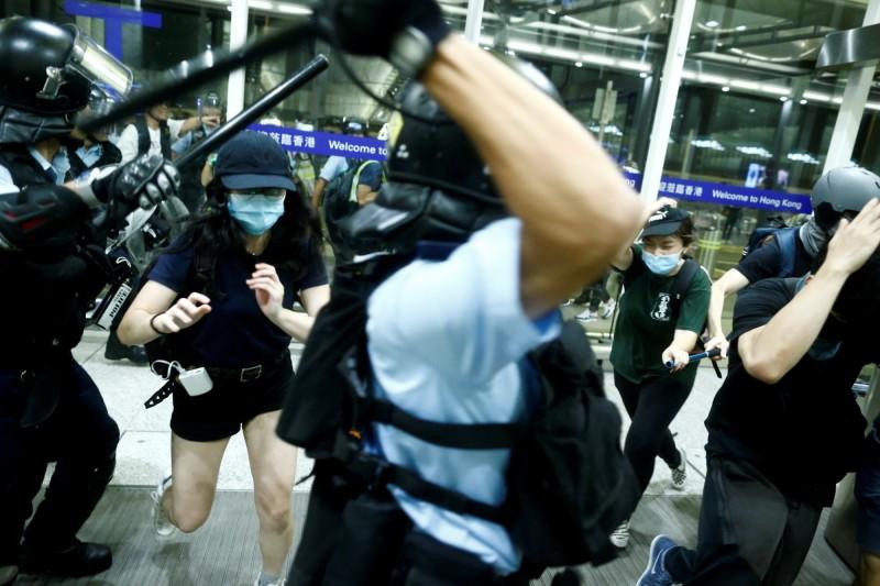 香港機場內警民衝突。(路透)