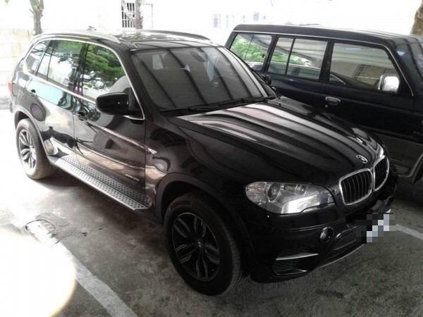 一名男子今(14)日不慎將自己的2歲兒子反鎖在自家的BMW汽車內,緊急下請警消幫忙開門,當消防員成功破窗救出後,這名男子反而無奈詢問「為何刮我車門的鈑金」。圖為與當事車輛同款的BMW X5,非當事車輛。(資料照,記者廖淑玲翻攝)