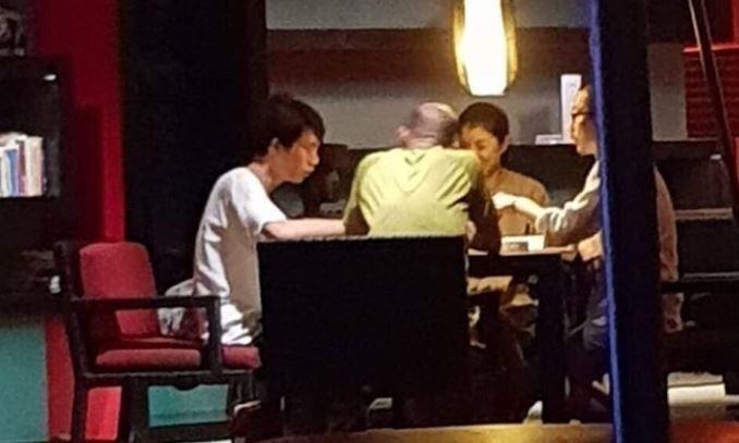 民眾爆料韓國瑜(背對鏡頭)與許淑華等人,過年期間在峇里島飯店打麻將。(記者王榮祥擷自林智鴻臉書)