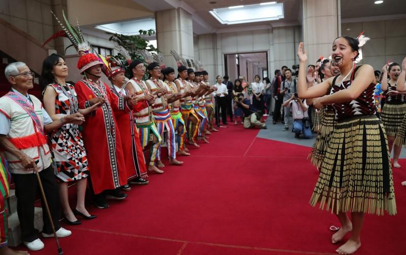 紐西蘭毛利族青少年因認同南島一家親,組成台紐文化尋根計畫紐西蘭訪台團,今天下午前往行政院拜會。(中央社)