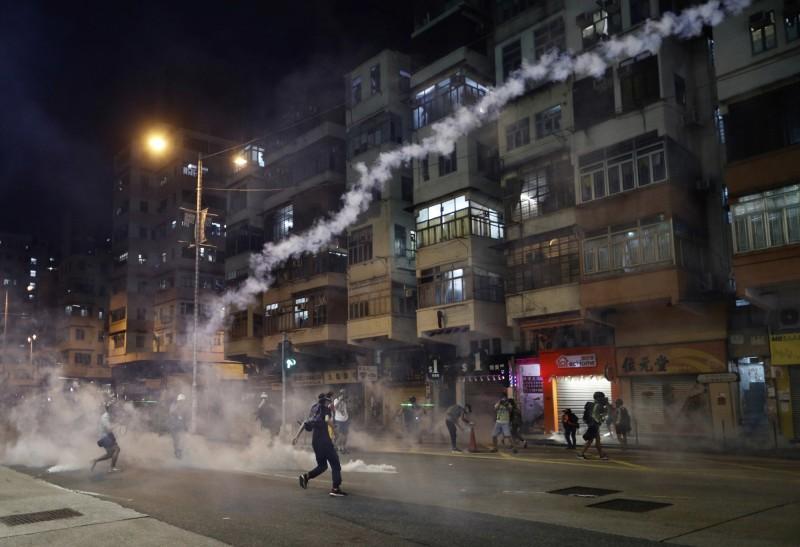 晚間10點左右集會附近的深水埗警署警方開始清場,以催淚彈驅散現場集會人士。(美聯社)